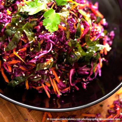Barevný salát se zelím, mrkví a mořskými řasami