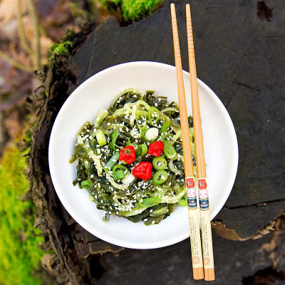 Mořský okurkovo-wakame salát s chlorellovým dresinkem