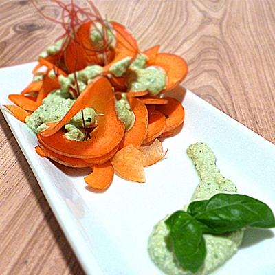 Zeleninové nudle s krémovou bazalkovou omáčkou