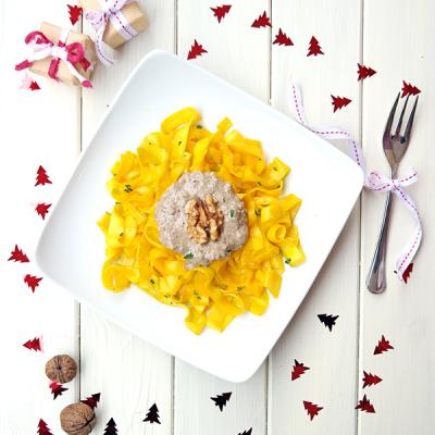 Cuketové tagliatelle s houbovo-ořechovou omáčkou