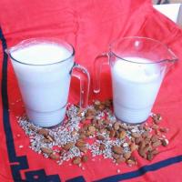 20 tipů na veganská mléka ze semínek a oříšků