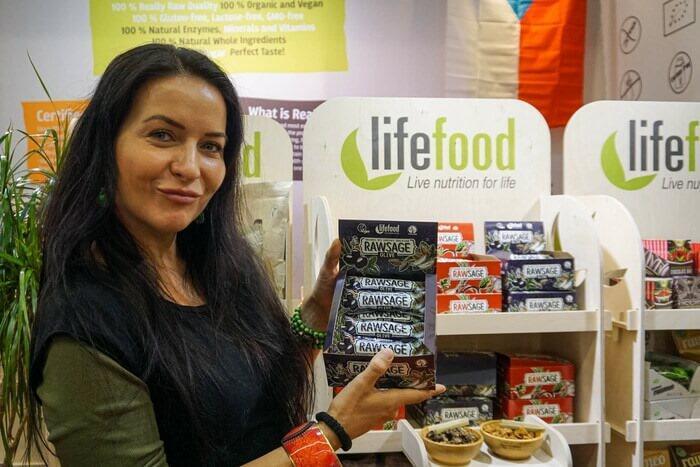Tereza Havrlandová, majitelka Lifefoodu, ukazuje nový Rawsage olivový